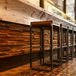 Wonderwall Studios - Zoom revêtement bois bar